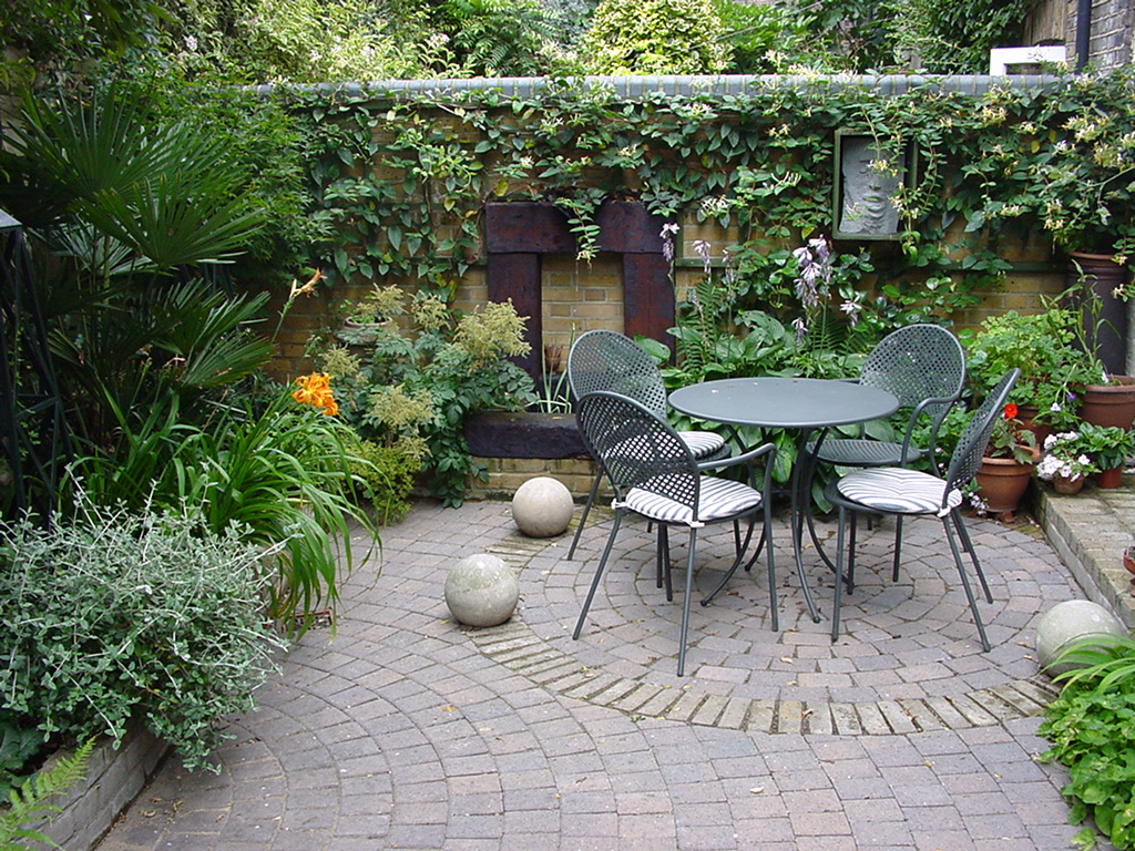 Small gardens and courtyards adam s bailey for Courtyard landscaping pictures